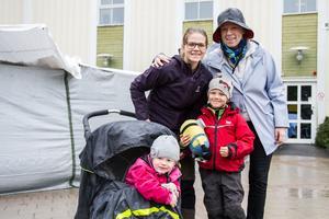 Carina Blomstrand, Emilia Zetterlund, Liam Zetterlund och Leia Zetterlund hade precis lämnat karusellområdet.