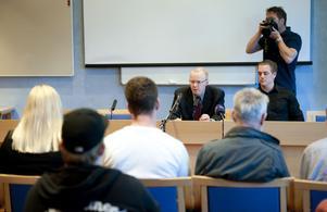 Kammaråklagare Niclas Eltenius och IT-polisen Eric Marsch på fredagens presskonferens om barnporrhärvan. 23 kvinnor och en 43-årig man har åtalats vid Falu tingsrätt.