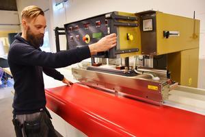 Roger Wiegandt är produktionsansvarig och har bland annat den här högfrekventa svetsen i produktionsutrustningen, där sömmar svetsas igen sedan PVC-material värmts upp till 170 grader på några sekunder.