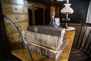 Många hundra år har gått sedan huset byggdes, och flera livshistorier finns att berätta om de olika kyrkoherdar som bott här.