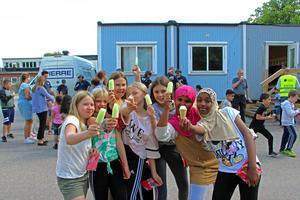 Piggelin och badbollar var populära bland eleverna i 4B. På bild: Amina Norr Basoisiri, Laki Mohammed Noor, Thea Dybeck, Wilda Johansson, Anni Wennström, Ebba Åberg och Meja Lans.  Foto: Julia Frost Nylén