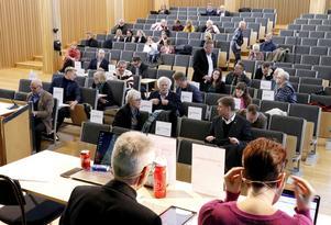 M, KD, L och SD sitter till vänster i fullmäktige sett från presidiet och och ordförande Arnold Bengtsson (S).