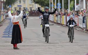 Emil och Sune Lindsgren möts av kranskullan Emma Höglund i Cykelvasan 30 km.