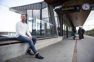 28-åriga Johan Holmgren arbetar som konsultsjuksköterska i Uppsala, Oslo och Örnsköldsvik. Det blir med andra ord en hel del tågresor för honom.