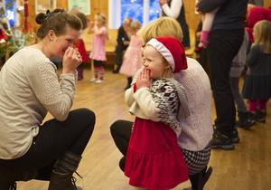 Dans kring granen lockade många barn och vuxna till GT-gården i Tännäs.