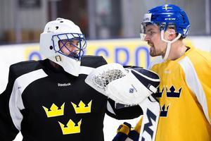 Jhonas Enroth, här i samspråk med Anton Lander, får chansen i Tre Kronors träningsmatch mot Kanada. Bild: Simon Hastegård/Bildbyrån