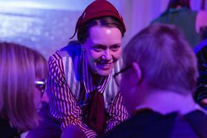 Hanna Edh i kontakt med publiken. Foto: Martin Skoog