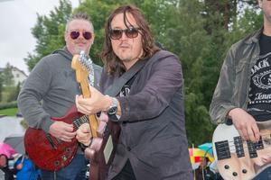 Ronnie Åström med det gamla bandet Lizzard på ett av Joeltågsflaken.