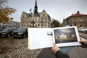 I boken om Söderhamn finns målningen av Blombergsson på det gamla rådhuset  innan det brann.