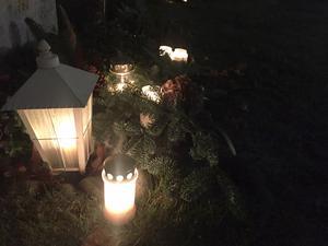 Stämningsfullt på kyrkogårdarna under helgen då många tände ljus till minne av nära och kära.