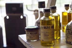 Bland hyllorna finns allt från olivolja till bildäck och spik.