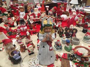 Inför julen har man fyllt upp med julsaker och annat inne i butiken.