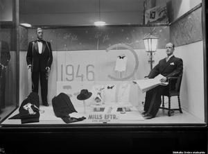 1946. Julskyltning av herrkläder hos Mills efterträdare på Storgatan 3. Foto: Eric Sjöqvist, Örebro. (Bildkälla: Örebro stadsarkiv)