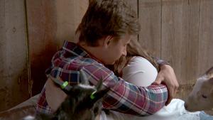 Wilma gråter mot Oscars axel efter beskedet att han inte valt henne. Foto: TV 4.
