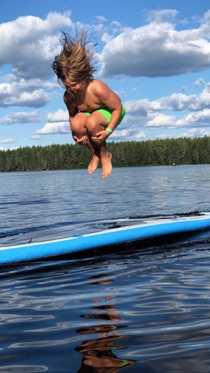 Ludwig Moselius gör bomben i sjön i det härliga sommarvädret. Foto:  Louise Moselius
