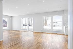 Huset är inte möblerat, men har ljusa väggar och stora fönster. Bild: Husmanhagberg