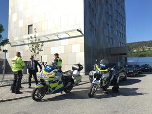 Stort polisuppbåd utanför Elite hotell i Örnsköldsvik inför ministermötet.
