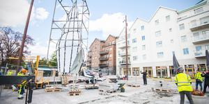 Under onsdagen lyftes det två ton tunga konstverket Solsnäckan på plats på Sjötullstorget i Norrtälje hamn.