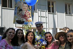 Rami Nefea, omringad av släkten.