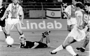 Magnus Sköldmark ser hjälplöst på när Ajax avslutar.