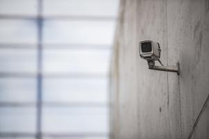 På en parkeringsplats eller vid en skola efter skoldagens slut väger samtidigt rätten till den personliga integriteten inte särskilt tungt. Därför vill Liberalerna se mer kameraövervakning på just dessa platser, skriver Robert Beronius (L). Foto: Trond Reidar Teigen, TT.
