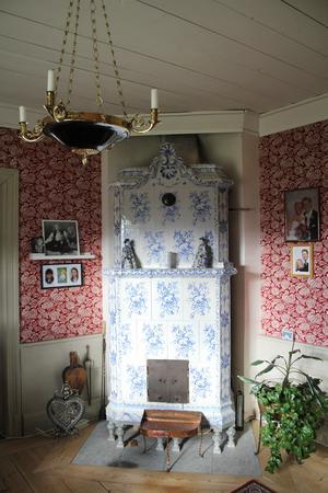 En av husets fyra kakelugnar. Alla fungerar och används flitigt, särskilt på kalla vinterdagar.