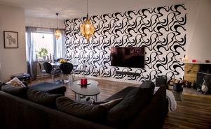 Vardagsrummet fyller många funktioner. Matsalsbordet står med utsikt över Sundsvall.