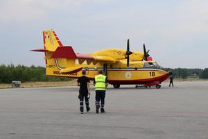 De italienska brandflygen anlände under onsdagen till Sveg. Efter det var all civil flygtrafik, inklusive drönare, förbjuden över området - för att underlätta släckningsarbetet.