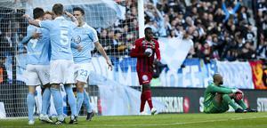 Markus Rosenberg har gjort 2–0 och Östersunds spelare deppar. Malmös lagkapten gjorde comeback efter skada och visade stor betydelse med sitt smarta anfallsspel. Foto: TT/Andreas Hillergren