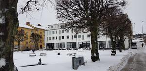 Brända tomten var en av stadens första offentliga parker. Den tillkom efter den stora branden i januari 1881 som skövlade kvarteret på västra sidan om kyrkan och även allvarligt skadade helgedomen, skriver Södertäljes tidigare stadsantikvarie Göran Gelotte.