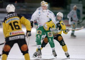 November 2004. Englund gör sin första säsong i Hammarby efter flytten från moderklubben. Här i duell med Brobergs Magnus Fryklund som är aktiv än i dag. Bild: Tomas Oneborg / SvD / SCANPIX