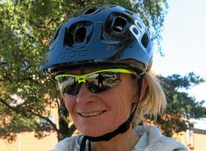 Det är viktigt att både cyklister och mopedister spänner fast hjälmen ordentligt, påpekar Elisabeth Westman på NTF. Annars är risken att den far av vid en olycka.