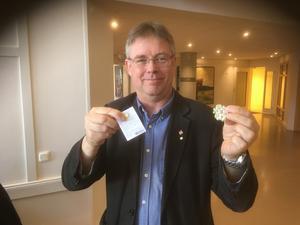 Kommunalrådet Michael Löthstam valde en krans och en pin-blomma.