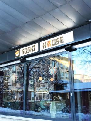 Sushi house ligger där Kaffe Trysch låg innan. Bakom Terrassen.
