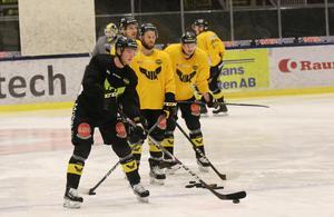 Leksandslånet Calle Själin, 20, gjorde sin första träning med VIK under fredagen. Redan under lördagen väntas han göra debut för Gulsvart mot Mora.