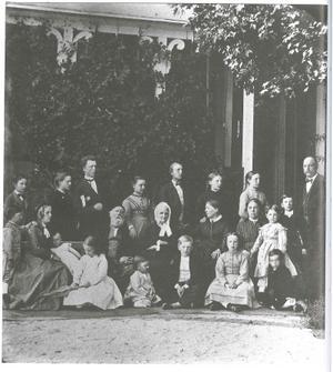 Gustaf och Eva Lewenhaupt med sin stora familj vid skolan på 1860- eller 1870-tal. Foto: Okänd/VLM