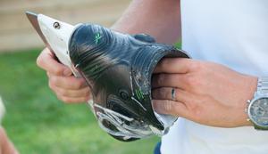 Skridskoskenan skiljer sig en aning i jämförelse med en hockeyskridsko. Den är rakare i kanterna.
