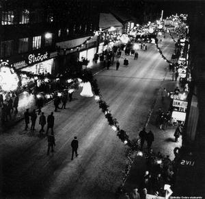 1960-tal. Julskyltning på Storgatan. Okänd fotograf. (Bildkälla: Örebro stadsarkiv)