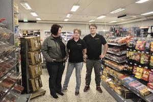 Mikaela Karlsson, Ingela Jäderberg och Niklas Olsson tar emot kunder i affären och fiket på  Härdalsbuda.