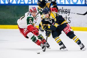 Mora och Emil Bejmo lyckades inte stoppa Södertälje och Sebastian Bengtsson. Foto: Maxim Thoré / Bildbyrån