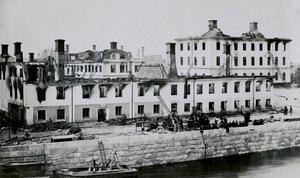 Västra Strandgatan. Gawelii krog i kvarteret Skampålen och till höger i bakgrunden, Rådhuset.