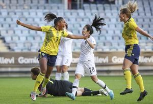 Sveriges Madelen Janogy grattas av Anna Anvegård (19) efter 1-0 under fotbollslandskampen mellan Sverige och Sydkorea på Gamla Ullevi inför VM i Frankrike.