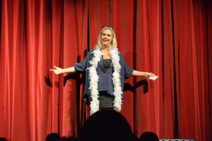 Teaterpedagog Agneta Holmström hälsar välkommen och informerar publiken om restriktioner, nödutgångar och om sittande fika i pausen.