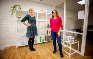 Heléne Häggkvist (i rött) är grundare och ägare av Creopack AB. Här tillsammans med Frida Stjärnström nyanställd koordinator.