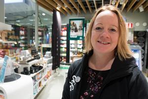 Jennie Effler, säljare på Life-butiken på Hälla shopping.