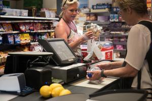Helena handlar ofta i butiken och hennes dotter är orolig för att butiken ska stänga när ägarna vill gå i pension. Men så länge Tina och Sune tycker att det är kul kommer de fortsätta, säger Tina Sandell.