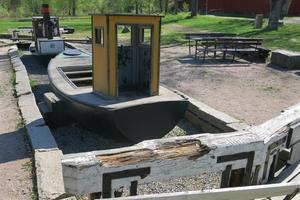 Förlagan till miniatyrpråmen användes som postbåt på Vänern. Teknikparken i Hallstahammar, liksom övriga parker längs Strömsholms kanal, har ritats av konstnären Michael Crisp.