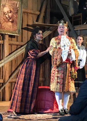 Sömmerskan Augusta Amanda Broderi (Agnes Auer) väver nya kläder till kejsaren (Torbjörn Pettersson) av blå dunster, och får Den gyllene saxen i sjunde storleken av kejsaren som utmärkelse.