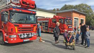 När brandstationen har öppet hus brukar brandbilarna vara strategiskt parkerade, så att små och stora besökare ska kunna titta på dem.