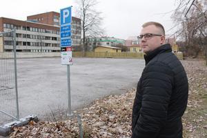 Moderaterna genom Jesper Gustafsson har under hösten argumenterat för bostadsbyggande på Trädgården-tomten. Det finns en privat intressent som vill bygga här.